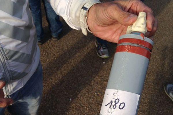 Une cartouche de bombe lacrymogène montrée par un gréviste