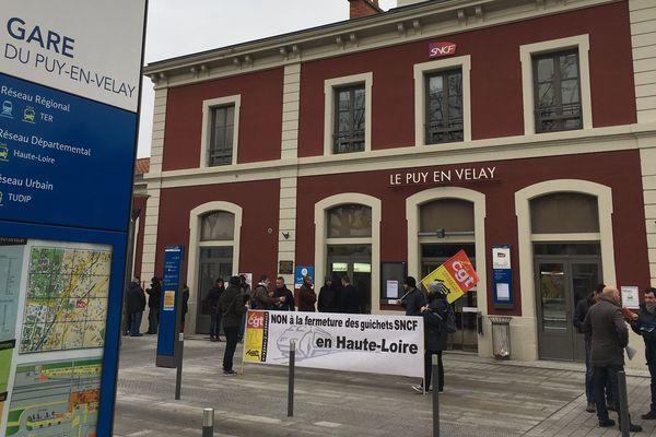 Devant la gare du Puy-en-Velay, en Haute-Loire, des cheminots s'opposent à la fermeture programmée de guichets dans les gares de la région.