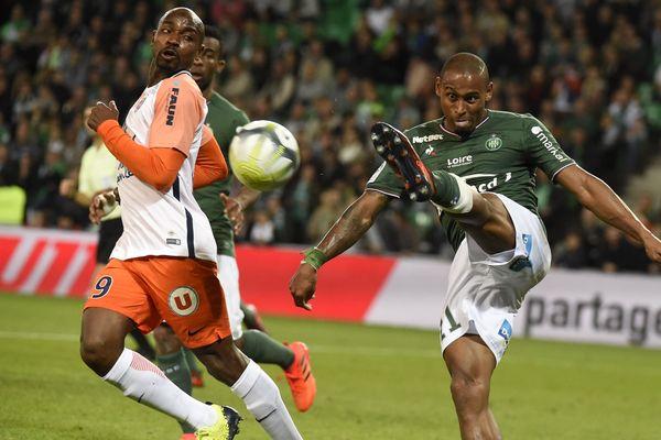 L'attaquant sénégalais de Montpellier Souleymane Camara (L) rivalise avec le défenseur brésilien de Saint-Etienne Gabriel Antunes Da Silva (R) lors du match de football L1 Saint-Etienne (ASSE) vs Montpellier (MHSC) le 20 octobre 2017 au stade Geoffroy Guichard à Saint-Etienne.