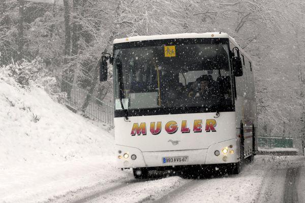 Un car de transport scolaire sous la neige en Alsace.