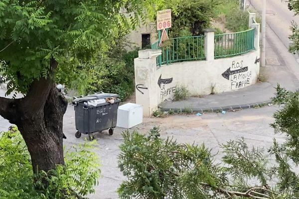 Un parcours fléché vers le plan stup, à l'entrée de la cité des rosiers à Marseille