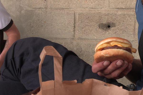 L'opération burgers suspendus est lancée à Compiègne dans l'Oise depuis début juillet.