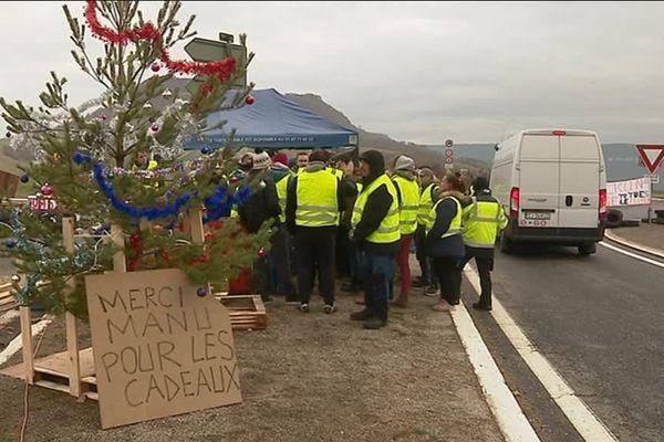 Les manifestants se relaient pour occuper l'accès au viaduc, au nord de Millau.