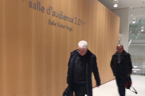 Patrice Monguillon, l'ancien directeur du site de Castelnaudary ( à gauche de l'image), à la sortie de la salle d'audience suivi de son avocat.