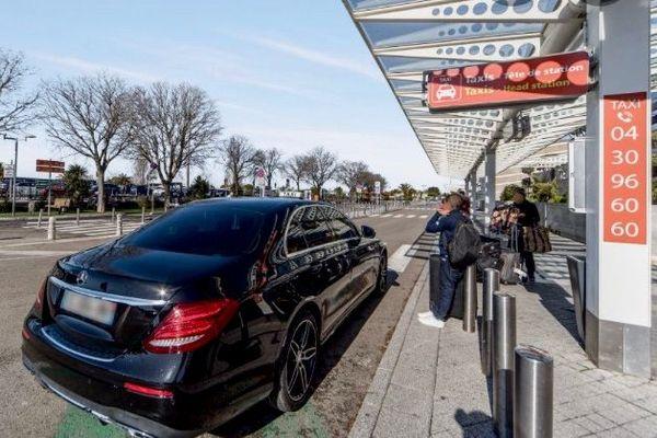 taxi devant l'aéroport de Montpellier