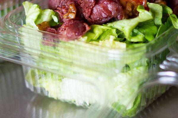 Oeufs, gésiers, salade fraîche et vinaigrette maison dans cette salade périgourdine préparée par les bénévoles de la maraude citoyenne rémoise