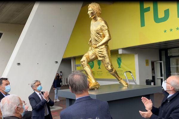 Réalisée par le sculpteur figuratif Mauro Corda, cette statue d'Henri Michel en bronze recouverte d'une feuille d'or pèse 460 kg. Son coût est estimé à 120 000 euros.