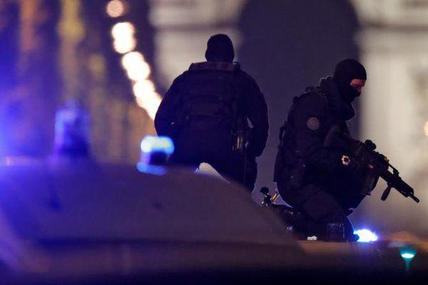 Des policiers sécurisent les Champs-Elysées, à Paris, le 20 avril 2017.