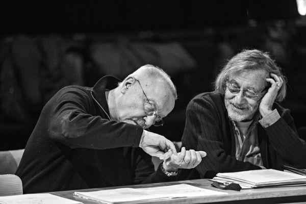 Jean-Pierre Vincent (à gauche) et Bernard Chartreux (à droite) pendant un cours avec les élèves du Groupe 44 du théâtre national de Strasbourg.