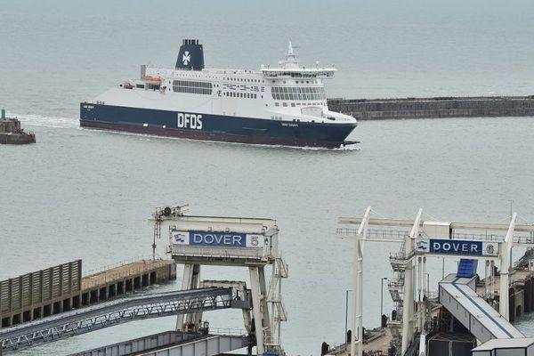 Un ferry de la compagnie DFDS entrant au port de Douvres en Angleterre.