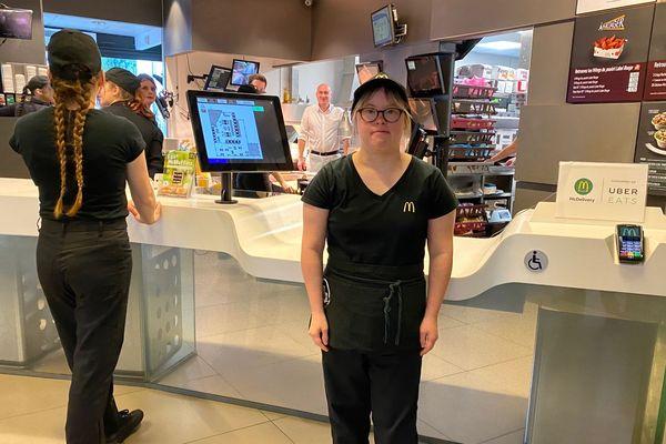 Léa travaille dans un fast food de la région de Reims. Un trait d'union pour tout le monde, affirme son manager.