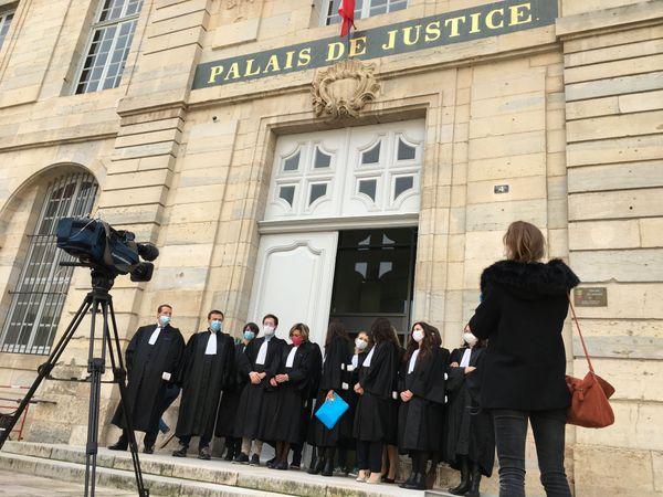 Les magistrats à Vesoul rassemblés ce 8 octobre devant le palais de Justice.