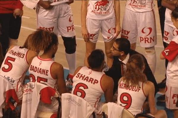 Le coach mondevillais Romain L'Hermitte et les filles de l'USOM