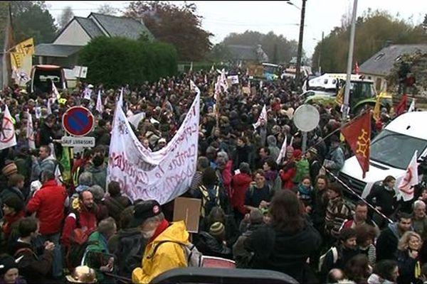 Plusieurs milliers de personnes dans le bourg de Notre-Dame-des-Landes