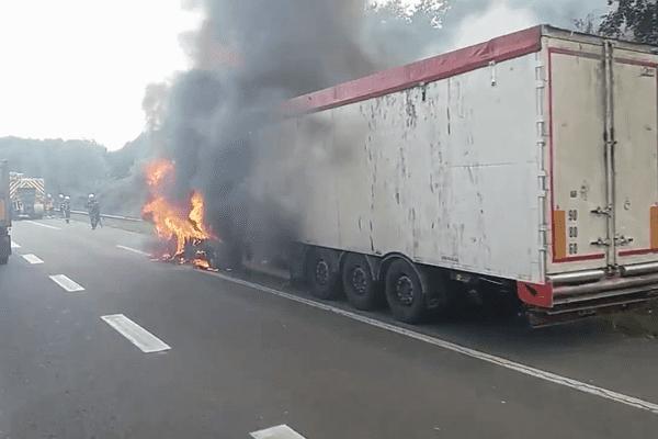 Le camion en feu sur le périphérique de Nantes le 13 juillet 2017.