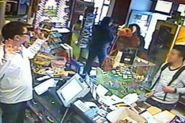 Nîmes - image de la caméra de surveillance du bureau de tabac avec le voleur déguisé en kangourou - avril 2014