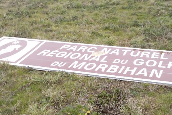 Panneau installé par la Dir Ouest et démonté par des militants du collectif Ai'ta.