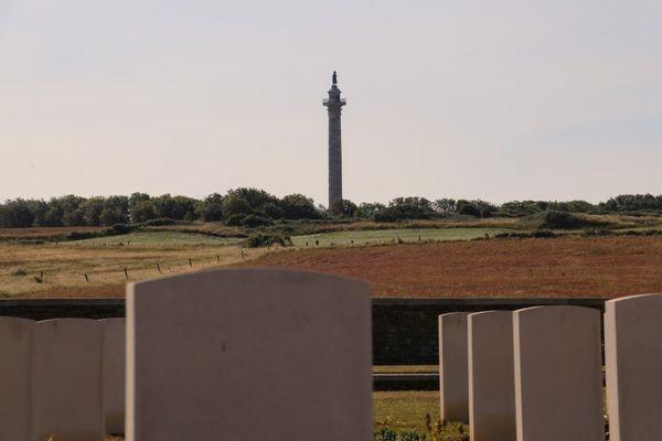 Au sommet de la colonne de la Grande Armée, la statue de Napoléon surplombe le cimetière militaire britannique de Terlincthun, près de Boulogne-sur-Mer.