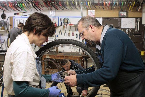Dans un atelier de réparation de vélos