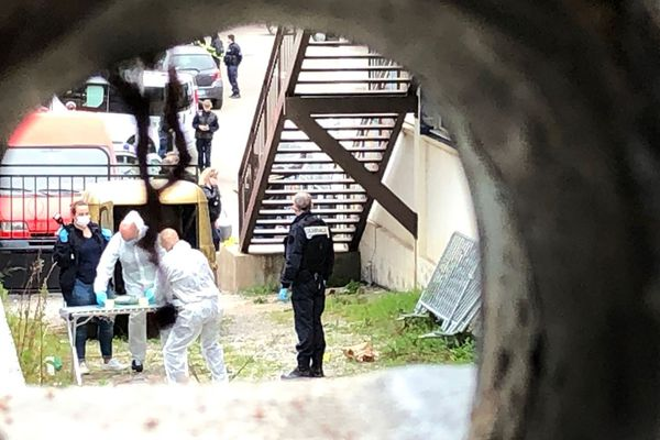 Intervention des démineurs dans le quartier de Mezzavia à Ajaccio après la découverte d'une charge explosive sur le parking d'un restaurant.