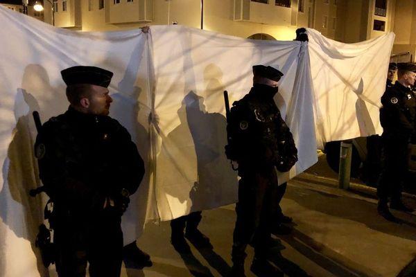 Les gendarmes ont tendu de grands draps blancs sur les lieux de la reconstitution.