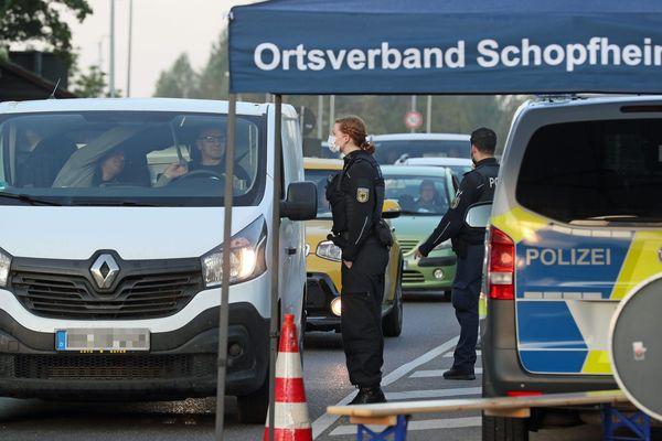 Les travailleurs frontaliers pris à la frontière franco-allemande de Breisach-am-Rhein.