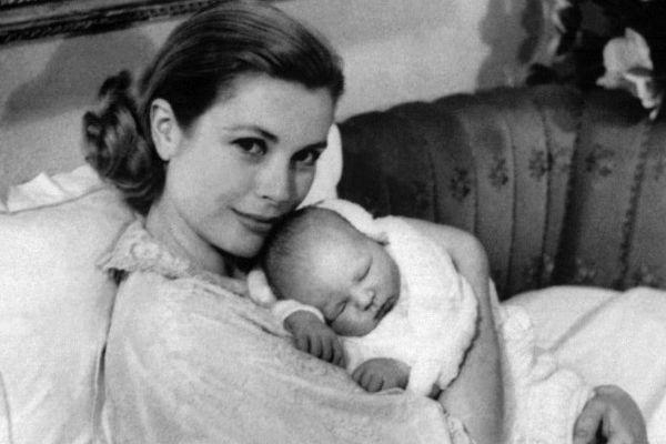 Photo prise le 18 mars 1958 à Monaco de la Princesse Grace de Monaco, souriante, et tenant dans ses bras son deuxième enfant, le petit prince Albert de Monaco.