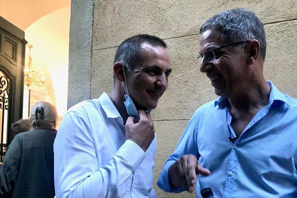 Les deux derniers maires de Bastia, Pierre Savelli avec Gilles Simeoni, tout sourire quelques secondes avant l'annonce de la victoire aux municipales, le 28 juin dernier