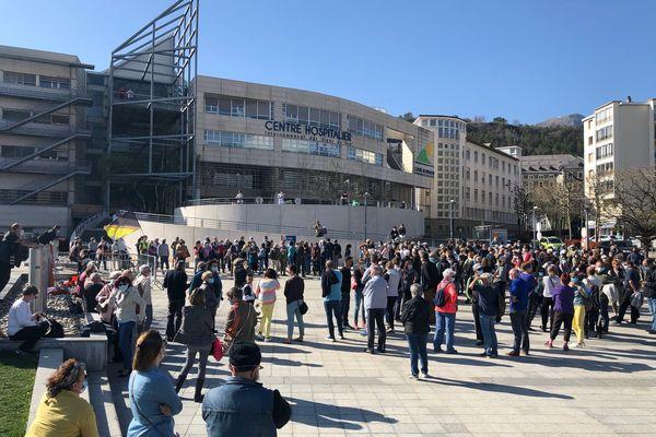 """Le 2 avril, environ 300 salariés se retrouvent sur le parvis pour """"sauver l'hôpital"""""""
