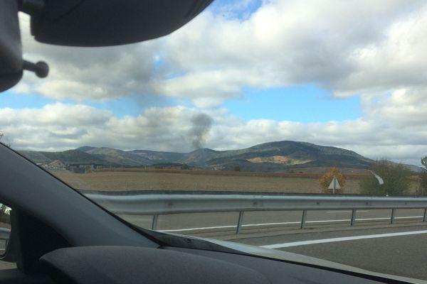 Le panache de fumée noire était visible de très loin.