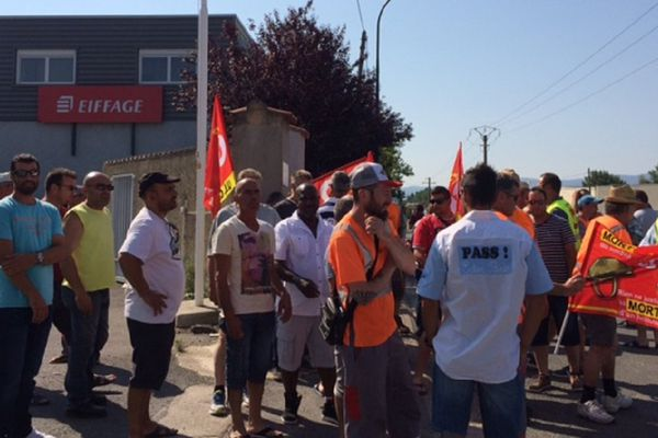 Les salariés se sont rassemblés devant l'agence Eiffage de Castres.