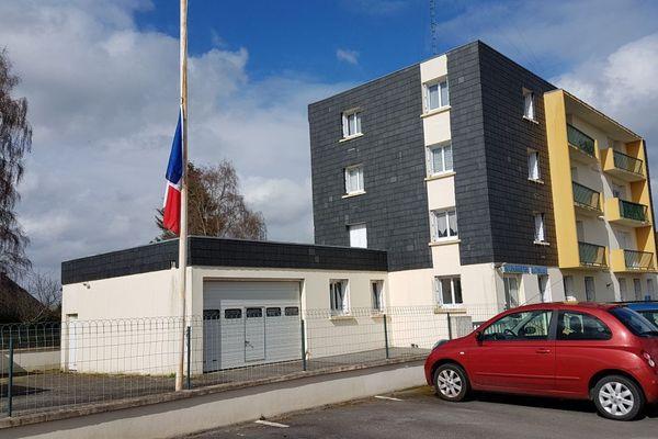 Drapeau en berne à la gendarmerie d'Elven (Morbihan) en hommage à Arnaud Beltrame