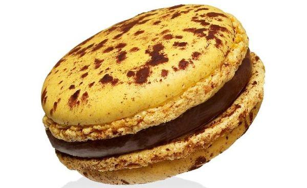 Emblème de la maison Hermé, le macaron Mogador au chocolat au lait et aux fruits de la passion.