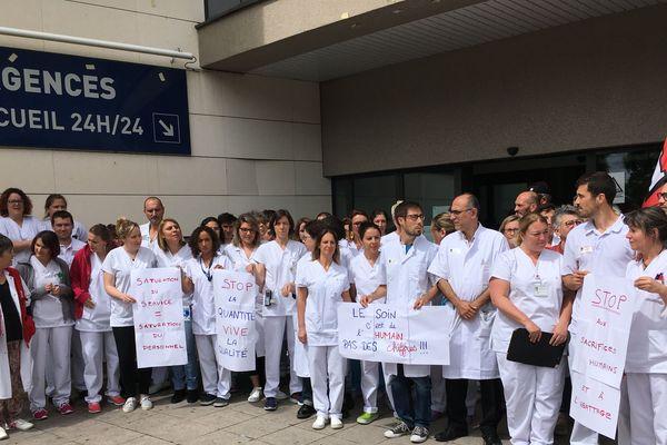 Le personnel rassemblé devant les urgences
