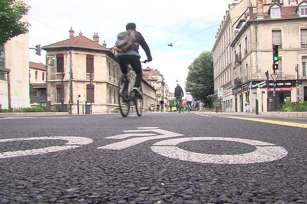 Des cyclistes sur une piste cyclable à Grenoble le 11 mai 2020.