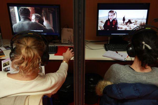 A l'occasion du festival du court-métrage de Clermont-Ferrand, les professionnels peuvent visionner des centaines de films. Certains d'entre eux en profitent pour faire leur marché et compléter la programmation de festivals futurs.