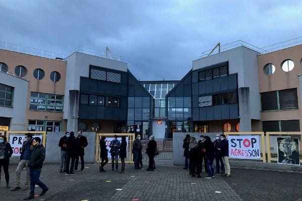Givors : les professeurs en colère au collège Lucie Aubrac bloquent l'établissement et refusent d'accueillir les élèves ce vendredi matin 8h (22/1/21)