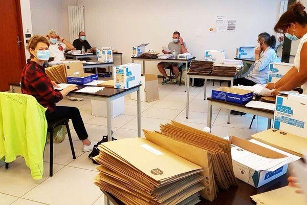 Les employés municipaux s'activent pour expédier par voie postale les masques réutilisables à tous les périgourdins de 65 ans et plus