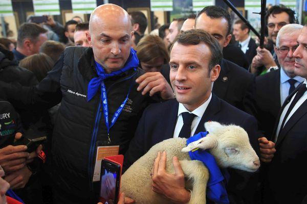 Paris - Emmanuel Macron et Pelotte un agneau du Poitou de l'élevage Berger de Nieuil-l'Espoir - février 2019.