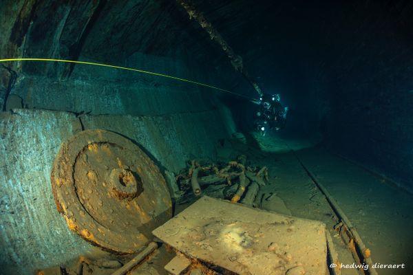 Dans ces tunnels engloutis, du matériel encore intact.