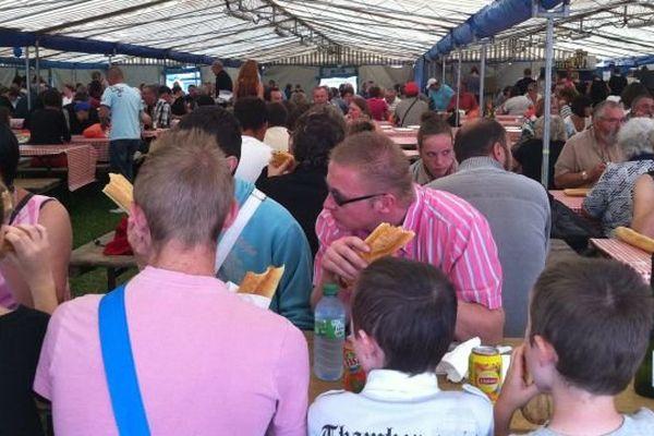 Certains ne viennent à Lessay que pour ce moment : la dégustation de l'agneau grillé sous l'une des tentes dressées par les rôtisseurs. La bouteille de cidre s'impose toujours en bout de table.