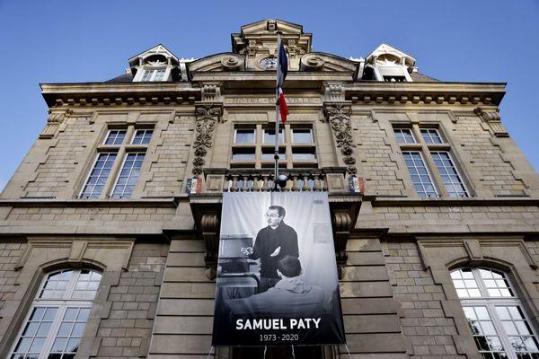 Une affiche pour rendre hommage à Samuel Paty sur la façade de la mairie de Conflans-Sainte-Honorine.