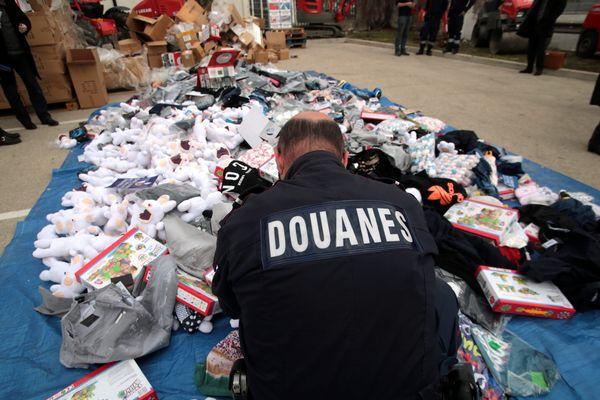 Destruction d'articles contrefaits saisis par les douanes à Marseille.