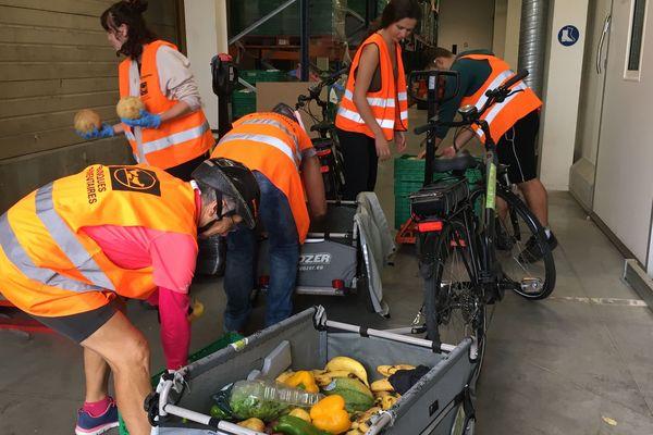 """Depuis le début du mois d'août, des femmes de l'association """"4S"""" font des collectes de denrées en vélo pour la Banque alimentaire de Savoie."""