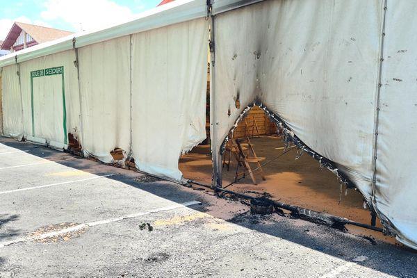 Le centre de vaccination d'Urrugne, un barnum accolé à la salle de sport Iturbidéa, a été partiellement incendié la nuit dernière. Du carburant a été déversé le long des parois, mais tout ne s'est pas embrasé.