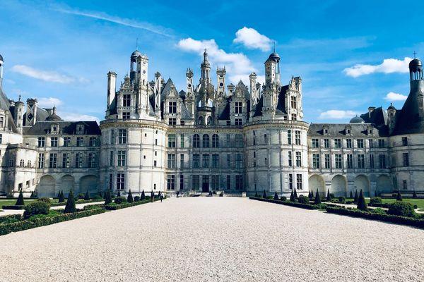 Le château de Chambord sous un grand ciel bleu.