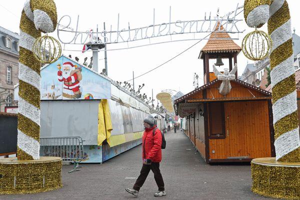 Les cabanons du marchés de Noël de Strasbourg garderont les volets baissés ce jeudi 13 décembre.