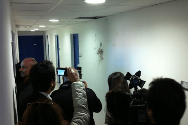 07/13/13 - Mur intérieur du groupement de gendarmerie de Bastia, portant des traces d'éclats d'ogive