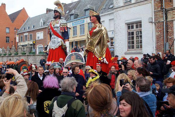 """Accueil haut en couleurs de Stéphane Bern (au centre), le 2 mai dernier à Cassel, pour le tournage du """"Village préféré des français""""."""