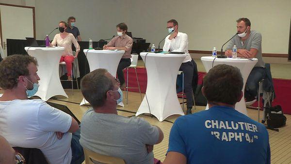Les représentants des services de l'Etat face aux pêcheurs :  la confrontation a tourné au dialogue de sourds à Réville lors de la réunion sur les éoliennes en mer organisée le 15 juillet